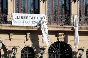 Pla detall de la pancarta esquinçada de suport als presos independentistes