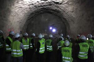 Pla general de les autoritats que han assistit a la calada del túnel de Tresponts