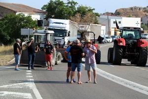 Pla general d'un grup de pagesos que han participat al tall de carretera, a la C-12 a Flix