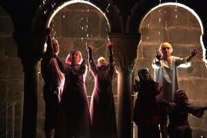 Pla general on es veuen diversos actors de la representació del Retaule de Sant Ermengol