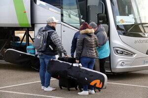 Pla mig on es poden veure esquiadors britànics amb el seu equipatge després d'aterrar a l'aeroport de Lleida-Alguaire