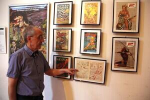 Pla mitjà del cinèfil i col·leccionista Josep Benavent assenyant un dels còmics en 3D