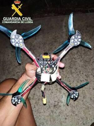 Pla mitjà on es pot veure el dron denunciat per volar prop de l'aeroport de Lleida-Alguaire