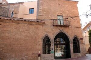 Pla obert de l'entrada al Parador de Lleida pel carrer Cavallers