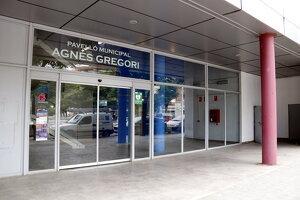 Pla tancat de la porta d'entrada al pavelló Agnès Gregori del barri de Balàfia de Lleida.