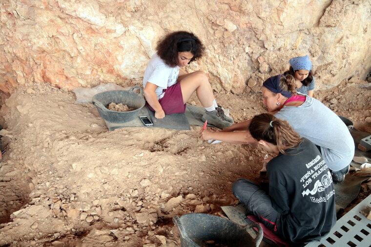Estudiants documentant una nova foguera identificada al jaciment de la Roca dels Bous