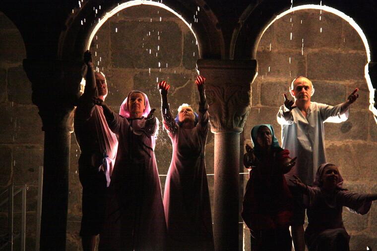 Pla general on es veuen diversos actors del Retaule de Sant Ermengol