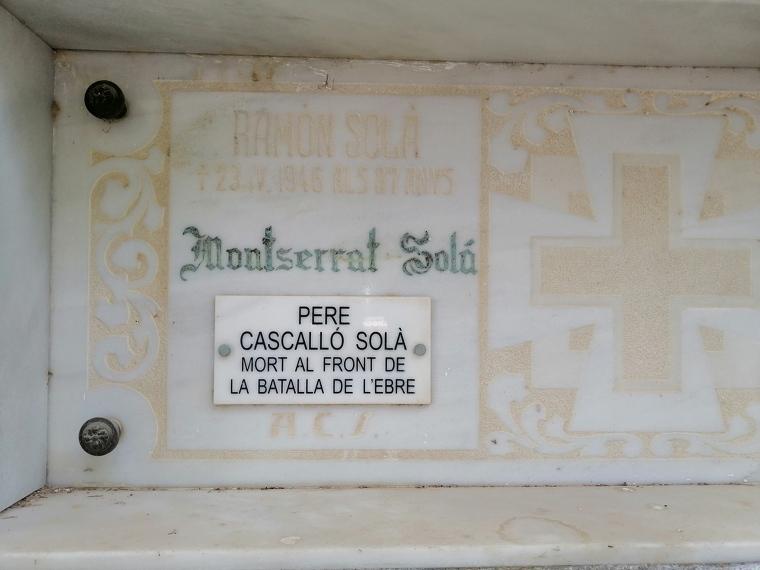 Pla mitjà de la tomba de Pere Cascalló Solà al cementiri de Linyola
