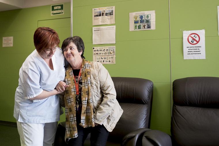 Una assistent ajuda una usuària del Servei d'Atenció Domiciliària d'Aspid