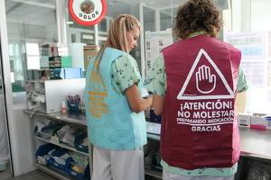 Dues infermeres de l'Hospital Universitari Arnau de Vilanova de Lleida lluint les armilles