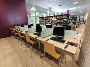 Imatge dels ordinadors de la biblioteca d'Alcarràs