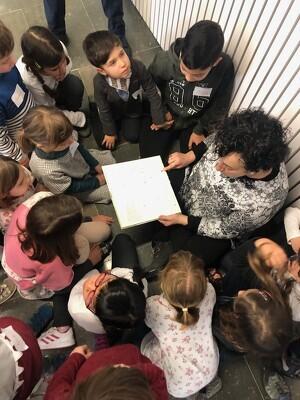 Imatge d'una sessió de lectura a la biblioteca de Solsona