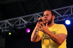 Pla curt contrapicat de Pablo Hasel actuant al Concert per la Llibertat d'Expressi