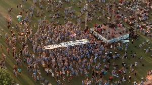 Pla general des de l'aire on es pot veure el moment en què es desplega una pancarta de felicitació