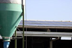 Pla mitjà on es poden veure les plaques solars instal·lades al teulat