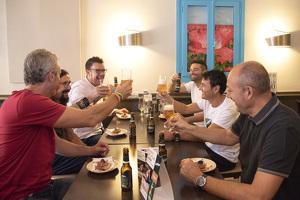 Un grup d'amics al restaurant L'Alzumar del carrer Sant Martí
