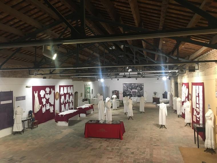 Imatge de l'exposició Roba de blanc de la Col·lecció Victòria Antó que s'exhibeix al Castell del Remei