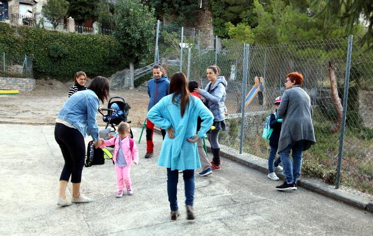 Pares, alumnes i professors al patí de l'escola de Tírvia, al Pallars Sobirà