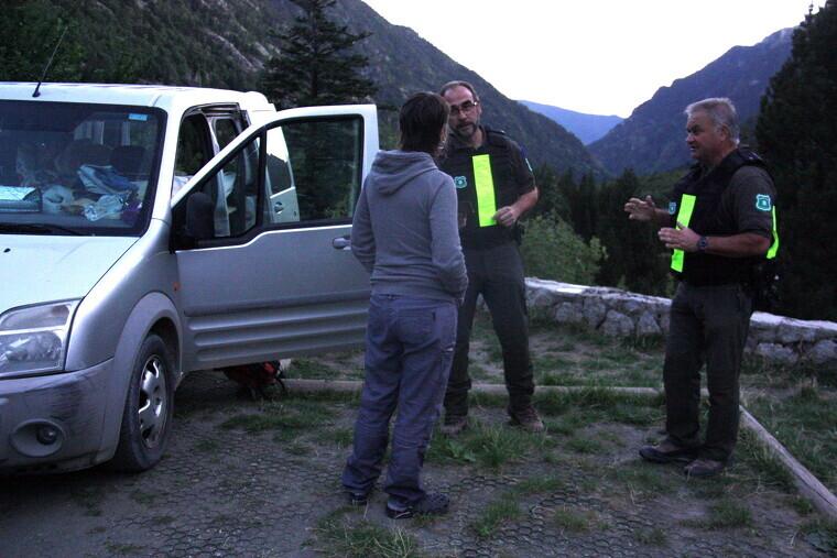 Pla general d'efectius dels Agents Rurals informant a una visitant del Parc Nacional d'Aigüestortes