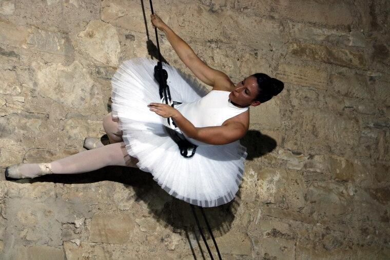Pla tancat on es pot veure una ballarina penjada a la paret de la parròquia