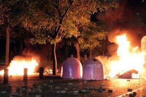 Barricades i contendors cremant a l'avinguda de Blondel de Lleida
