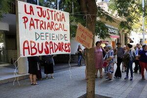 Cartells penjats davant del Consolat de l'Uruguai a Barcelona
