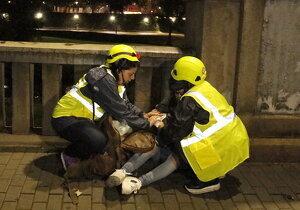 Dues noies atenen una altra que ha resultat ferida per les càrregues dels Mossos