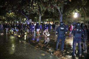 Els Mossos avancen cap als manifestants que els tires cadires d'una terrassa