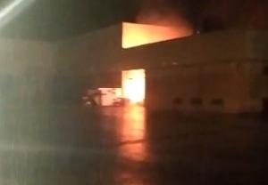 Imatge de l'incendi a la fàbrica d'Argal