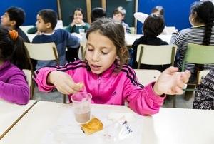 Imatge d'una nena bevent llet