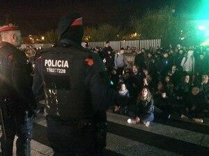 Manifestants concentrats a les portes de l'Hotel Nastasi de Lleida.