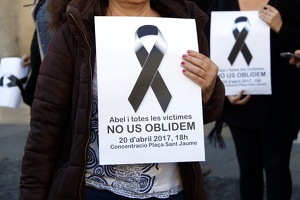 Pla curt d'un dels cartells amb crespó negre i record d'Abel Martínez