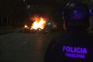 Pla de detall d'una barricada encesa a l'Avinguda de Blondel de Lleida