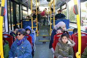 Pla general de l'interior del bus interurbà de Solsona amb els escolars a dins