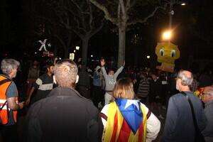 Pla general d'un grup de manifestants que intenta aproximar-se a la línia policial de la subdelegació