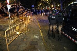 Pla general on es poden veure mossos antidisturvis al davant de manifestants