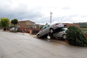 Pla obert de tres vehicles arrossegats per l'aigua a Arbeca