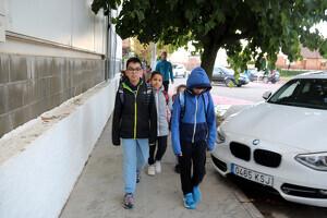 Un grup de nens es dirigeix cap a l'escola El Vinyet després d'agafar l'autobús