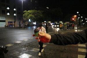 Un manifestant ensenya el projectil de foam que han disparat els Mossos d'Esquadra