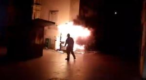 Uns encaputxats van cremar una caseta de l'ONCE a Lleida.