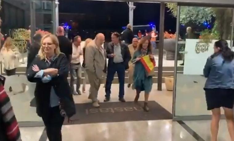 Entrada de Ortega Smith (VOX) a l'Hotel Nastasi de Lleida.