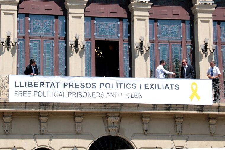 La pancarta a l'Ajuntament de Lleida es va penjar el passat 1 de juliol.