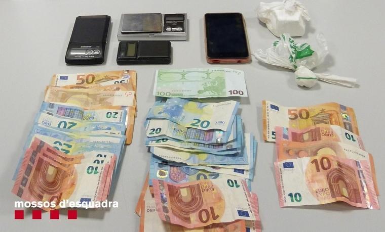 La policia ha comissat 145 grams de cocaïna, tres bàscules digitals i 955 euros, entre d'altres.