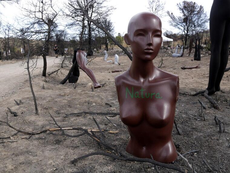 Pla mitjà d'un dels maniquins que formen part del muntatge de l'artista Matia Luke