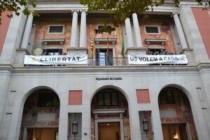 Diputats d'ERC i JxCat a la Diputació de Lleida penjant a la façana