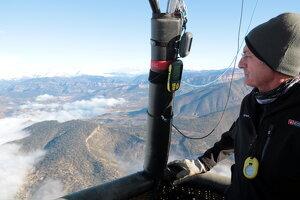 El pilot del globus observa el paisatge de la Conca de Tremp