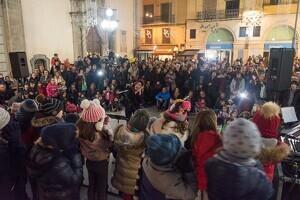 La plaça de Sant Francesc de Lleida, plena de gom a gom per assistir a l'encesa de les llums de Nadal.
