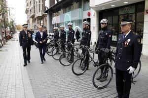 L'alcalde de Lleida, Miquel Pueyo, i l'intendent de la Guàrdia Urbana, Josep Ramon Ibarz, saluden agents