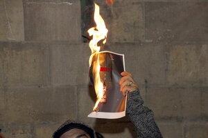 Pla detall d'una fotografia del rei en flames a la plaça Paeria de Lleida