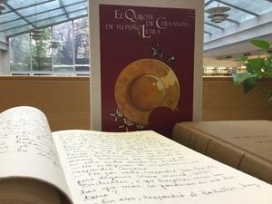 Pla mitjà on es pot veure un dels volums manuscrits d''El Quixot' a la UdL